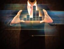 Gráficos en las manos de hombres de negocios Imagen de archivo