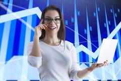 Gráficos & mulher do mercado de valores de ação Foto de Stock Royalty Free