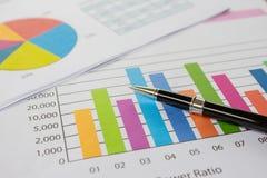 Gráficos, pena, negócio na tabela. imagens de stock