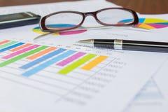 Gráficos, pluma, negocio en la tabla. imagenes de archivo