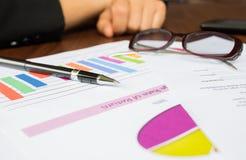 Gráficos, pluma, negocio en la tabla. foto de archivo libre de regalías