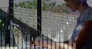 Gráficos y una mujer que usa un ordenador portátil 4k stock de ilustración
