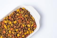 Gránulo de la comida para gatos en un cuenco Imágenes de archivo libres de regalías