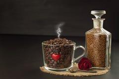 Gránulos del fondo del café instantáneo Café instantáneo en un plato de cristal Preparación del café soluble Adorne el café de la Imagenes de archivo