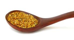 Gránulos del polen en cuchara de madera Foto de archivo libre de regalías