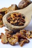 Gránulos del propóleos en una cuchara de madera Pegamento de la abeja Productos de la abeja Apitherapy Apicultura Imagen de archivo