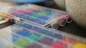 Gránulos plásticos coloridos en el extrusor para hacer los plásticos en manufactura de la protuberancia almacen de video