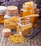 Gránulos y propóleos del polen de la abeja en cucharada de madera Foto de archivo libre de regalías