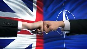 Grâ Bretanha contra o conflito da OTAN, punhos no fundo da bandeira, crise diplomática vídeos de arquivo