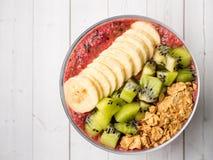 Grânulo de Kiwi Apple Parsley Raspberry Nuts da banana do batido da sobremesa da baga para o café da manhã foto de stock