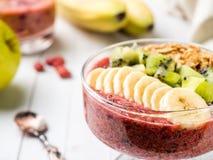 Grânulo de Kiwi Apple Parsley Raspberry Nuts da banana do batido da sobremesa da baga para o café da manhã fotografia de stock royalty free