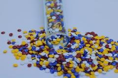 Grânulo plásticos industriais coloridos imagem de stock