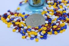 Grânulo plásticos industriais coloridos foto de stock