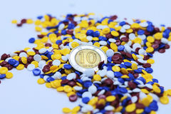 Grânulo plásticos industriais coloridos fotos de stock