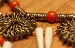 Grânulo vermelho brilhante, anéis do cobre ou de ouro e cones brancos - assustadores imagem de stock