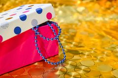 Grânulos azuis em uma caixa colorida Decoração do ano novo fotos de stock royalty free