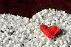 Grânulos brancos e coração vermelho Copie o espaço Fotos de Stock Royalty Free