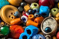 Grânulos coloridos, botões, pérolas e outros artigos decorativos fotos de stock royalty free