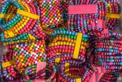 Grânulos coloridos de madeira feitos a mão dos braceletes os multi texture o fundo fotos de stock royalty free