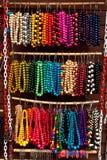 Grânulos coloridos de madeira no indicador no mercado Fotos de Stock Royalty Free