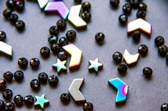 Grânulos coloridos, pretos e pedras isolados no fundo cinzento fotos de stock