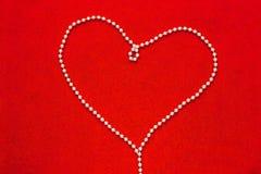 Grânulos da pérola na forma do coração imagens de stock royalty free
