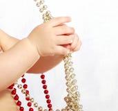 Grânulos da preensão das mãos das crianças delicadas Fotos de Stock Royalty Free