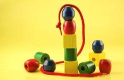 Grânulos de madeira coloridos de Childs com corda Fotografia de Stock Royalty Free