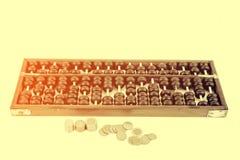 Grânulos de madeira do ábaco e moedas do baht tailandês Foto de Stock