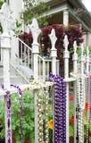 Grânulos de Mardi Gras em uma cerca em Nova Orleães imagens de stock royalty free