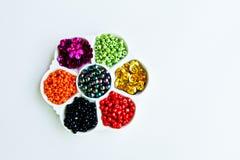 Grânulos de muitas cores em um branco Fotos de Stock Royalty Free