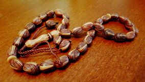 Grânulos de oração islâmicos na tabela Imagem de Stock