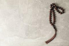 Grânulos de oração no fundo cinzento fotos de stock royalty free