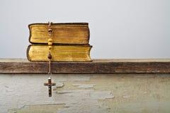 Grânulos do rosário e livros da liturgia da igreja Católica imagem de stock royalty free