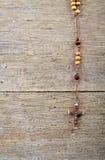 Grânulos do rosário na tabela Fotografia de Stock Royalty Free