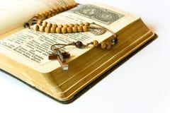 Grânulos e breviário do rosário fotos de stock