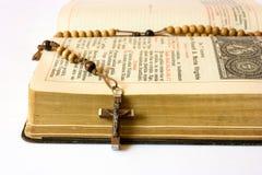 Grânulos e breviário do rosário Fotos de Stock Royalty Free