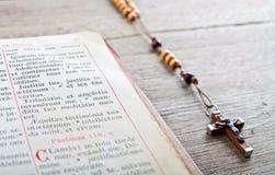 Grânulos e breviário do rosário Foto de Stock