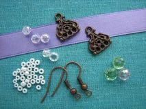 Grânulos e partes coloridos para fazer brincos, joia feito a mão fotos de stock