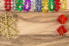 Grânulos multi-coloridos festivos sob a forma de um coração, em um fundo de madeira Fundo do feriado com espaço da cópia fotografia de stock royalty free