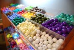 Grânulos Multicoloured em umas caixas para a venda Imagem de Stock Royalty Free