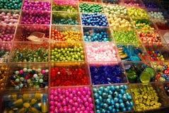 Grânulos Multicoloured na loja do bijouterie Fotos de Stock Royalty Free