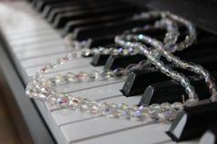 Grânulos no piano imagens de stock royalty free