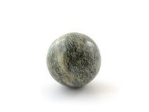 Grânulos serpentinos da pedra de gema no fundo branco Imagens de Stock Royalty Free