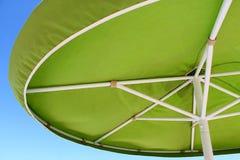 Grüner Sonnenschirm/Regenschirm lizenzfreie stockfotografie