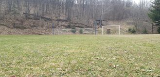 Grünes Feld des Fußballs und des Volleyball lizenzfreie stockfotografie