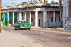 Grünes Retro- altes Autotaxi in der Stadt von Havana im alten Bezirk von Serrra stockfotografie
