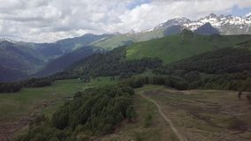 Grünes Tal mit Straßen, Steine, Wasserströme in Abchasien-Bergen stockfoto