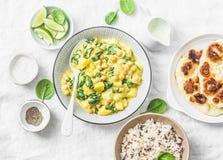 Grão-de-bico do vegetariano, espinafres, caril da batata, flatbread naan e arroz selvagem no fundo branco, vista superior Aliment imagem de stock