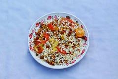 Grão-de-bico popular do café da manhã com mistura e mudhi do tomate imagens de stock royalty free